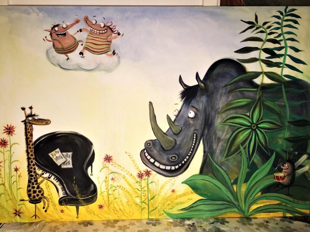 Næsehorn og giraf der spiller klaver