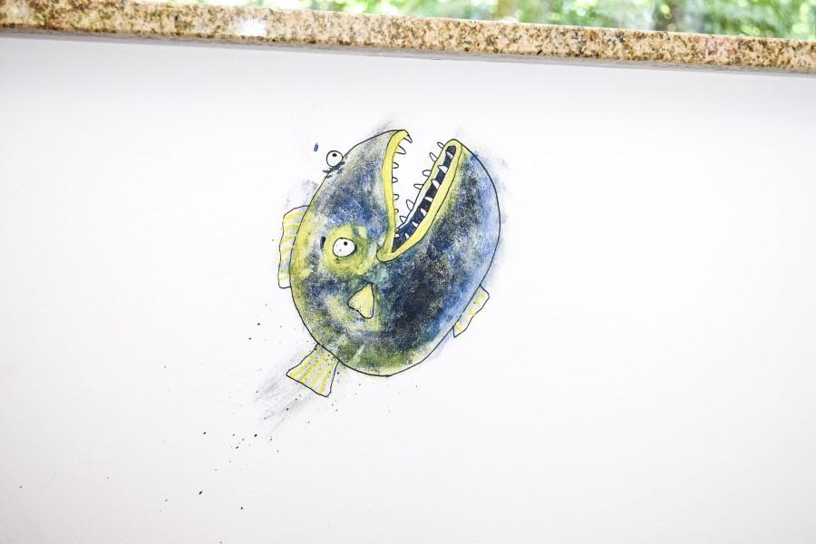Blå rovfisk på væggen