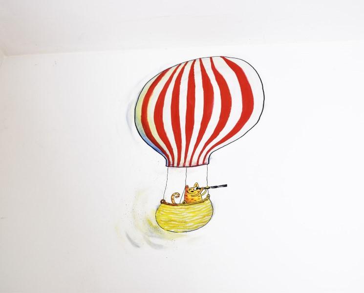 Kat med kikkert i luftballon